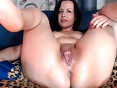 Mom shows wet pussy on cam - www.livecampose.com